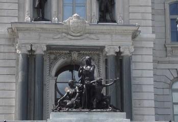 Amérindiens sur la façade de l'Assemblée nationale. Photo de GrandQuebec.com.