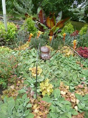 Ce jardin est un aménagement paysager composé de verre recyclé et d'acier récupéré. Photo : © Univers.GrandQuebec.com