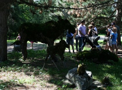 Les élèves ont été accompagnés par l'artiste et enseignante Pierrette Lambert, qui en signe le concept. Photo : © Lucie Dumalo