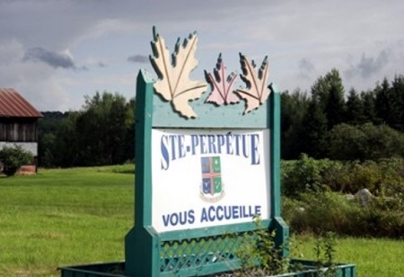 L'entrée dans le village de Sainte-Perpétue. Image libre de droits.