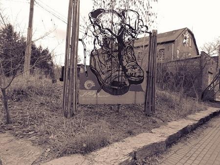 En effet (dist le moyne), et il y a une très bonne raison à cela : quand on vit avec un mur devant et un mur derrière, cela donne trop envie de murmurer, d'être jaloux et de conspirer les uns contre les autres. » François Rabelais, Gargantua, Chapitres 52 et 57. Mon Canada inclut tout le monde. Photographie de Megan Jorgensen.