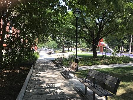 Parc Saint-Jacques. Ce parc reprend le nom de l'ancien quartier Saint-Jacques où il est situé ainsi que celui de la paroisse du même nom. Photographie de Megan Jorgensen.