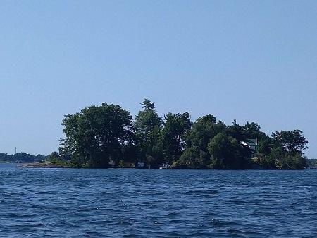 Une île dans le parc national des mille îles. Photographie de GrandQuebec.com.