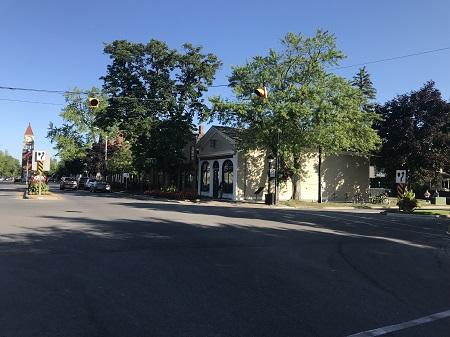 La pharmacie de Niagara, acquise en 1969 par l'Ontario Héritage Foundation, représente bien la petite entreprise de l'ère de la Confédétration. Érigé probablement durant les années 1820. l'édifice fut restauré en 1866. À cette date, on installa les fenêtres de style italien et on transforma l'intérieur en pharmacie. Avant sa fermeture en 1964, cette pharmacie était l'une des plus anciennes et des plus actives au Canada (Commission des lieux et monuments historiques du Canada). Photographie de Megan Jorgensen.