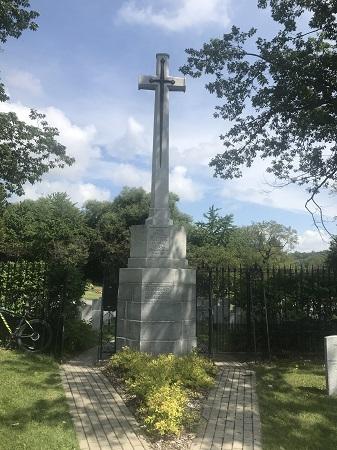 À la mémoire des soldats morts pour la patrie dans la Grande Guerre 1914-1919. Leur nom vit de génération en génération.