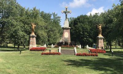 Croix de l'entrée du cimetière Notre-Dame-des-Neiges. Photographie par Megan Jorgensen.