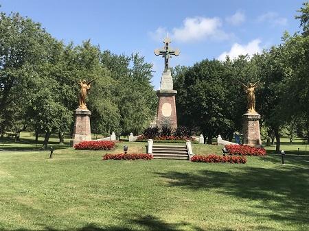 La croix à l'entrée du cimetière Notre-Dame-des-Neiges. Photographie de Megan Jorgensen.