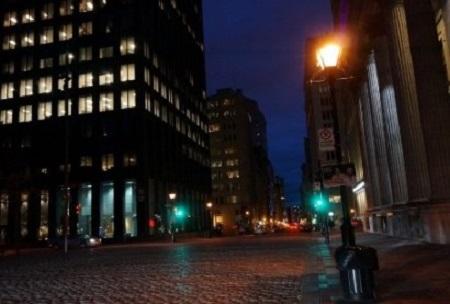 « L'accusé a été étranglé sans discussion ». (Jean Jaurès, Les preuves.). Montréal la nuit. Photographie de Megan Jorgensen.