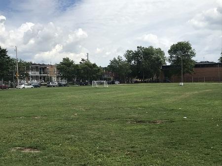 Parc Campbell-Ouest. Charles Sandwith Campbell (1858-1923). Ce parc constitue le deuxième terrain de jeux aménagé pour les enfants des quartiers ouvriers et cédé à la Ville de Montréal par la succession de l'avocat Charles Sandwith Campbell. Photographie de Megan Jorgensen.