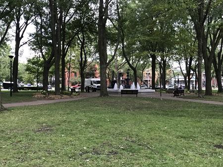 Parc Saint—Paul. Apôtre, patrons de la paroisse Saint-Paul de Montréal. Photographie: Megan Jorgensen.
