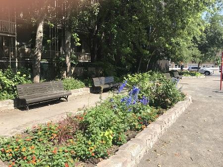 Parc de Ville-de-La Flèche, coin des rues Champ-de-Mars et Berri. Commune française du Pays de la Loire où est né Jérôme Le Royer de la Dauversière (1597-1659), fondateur de la Société Notre-Dame, elle-même à l'origine de la fondation de Montréal le 17 mai 1642. Photographie de Megan Jorgensen.