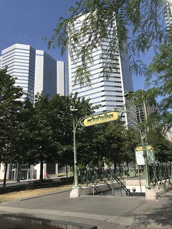 L'entrée de la station de métro Square Victoria, à Montréal. Rassurez-vous, Québec, c'est pas si loin de Paris... Photo de GrandQuebec.com