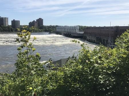 Barrage de la centrale hydroélectrique de la rivière des Prairies. Photographie de Megan Jorgensen.