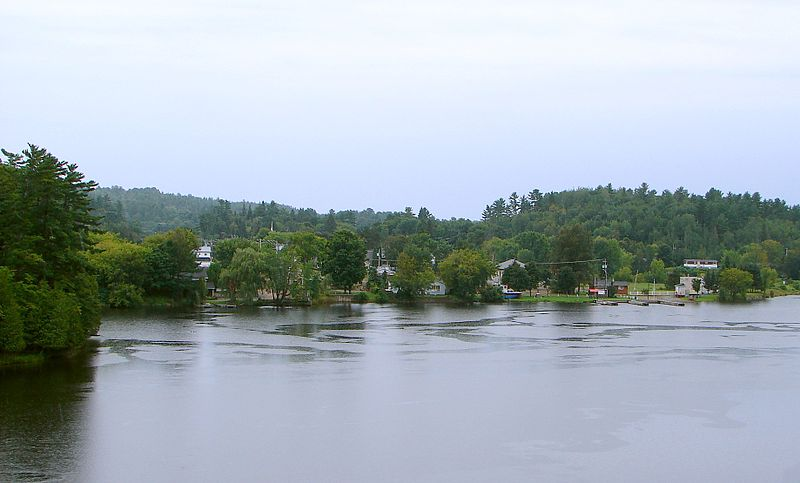 Le village de Bryson vu depuis la rivière. Source de la photographie: commons.wikimedia.org/wiki/File:Bryson_QC.JPG. Auteur : P199.