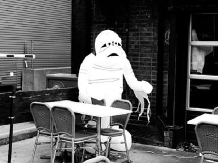 """""""Michel Brunel, retraité des douanes, décédé le 4 décembre dernier d'un accès de fièvre bilieuse à son domicile, 93, rue Maurice-Bernhardt, Paris (18e). Célibataire, pas de famille. Rien à signaler."""" (Louis C. Thomas, Nuit d'épouvante au cap Bénat). Photographie de Megan Jorgensen."""
