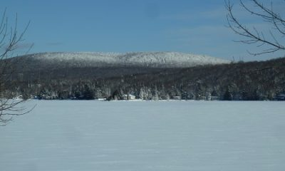 Vue panoramique de Lac-Sergent en hiver. Photographie : Site Web de la ville.