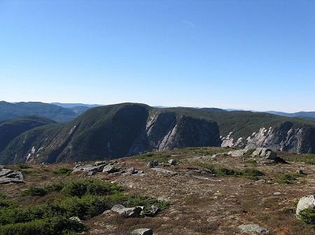 Vue à partir du sommet du Mont Élie. Source de la photographie : https://commons.wikimedia.org/wiki/File:Mont_%C3%89lie.jpg, auteur Mart076. Licence CCA.