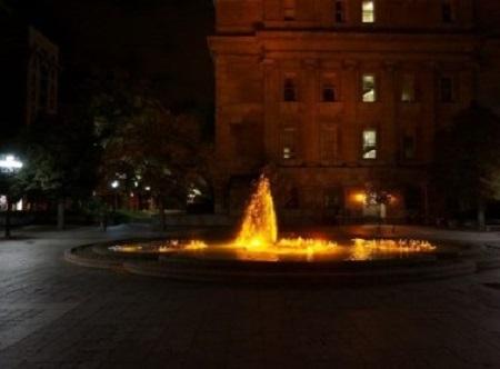 Adieu, ô, mon fils, Toi qui as passé le grand fleuve. (Poème blackfoot.) Fontaine de la place Vauquelin à Montréal. Photographie de GrandQuebec.com.