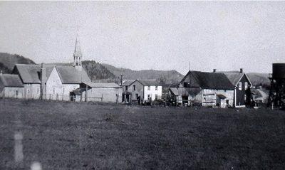 Le village de Notre-Dame-de-Pontmain vers les années 1950. Image libre de droits.
