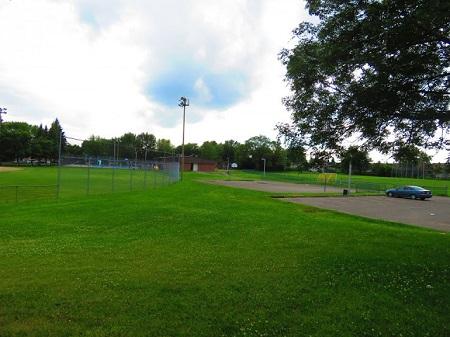 – Nous venons de détruire un univers!  – N'exagérons rien! (L'Apopis Républicain Ugo Bellagamba.). Photographie du parc Montcalm à Laval, par Megan Jorgensen.