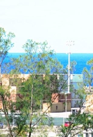Vous voyez déjà cette petite terrasse supportée par quatre colonnes chinoises au-dessus de l'entrée de ma maison: mon cabinet de livres ouvre immédiatement sur cette espèce de belvédère, que vous nommerez si vous voulez un grand balcon; c'est là qu'assis dans un fauteuil antique, j'attends paisiblement le moment du sommeil. (Joseph de Maistre Les Soirées de Saint-Pétersbourg). Photographie de Megan Jorgensen. Port de Nassau aux Bahamas.