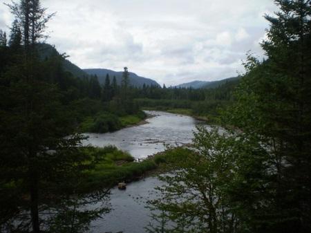Rivière Sautauriski. Source de la photographie Eldiablo pleinairalacarte.com/qc/region-de-quebec/parc-national-de-la-jacques-cartier/la-riviere-sautauriski-4.
