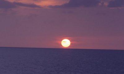 Le cœur léger, nous nous lançâmes aussi sur les flots inconnues, Sans crainte, vers de lointains rivages. (Walt Whitman, La Route des Indes.) Photographie du soleil couchant par Megan Jorgensen.