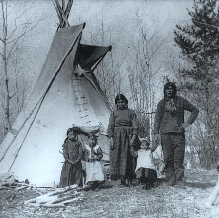 Une famille autochtone de Saskatchewan en 1919. Photographie libre de droits.