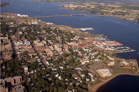 Vue aérienne de Charlottetown. Source de l'image : commons.wikimedia.org/wiki/File:Charlottetown_aerial_photo.jpg. Auteur : Martin Cathrae.