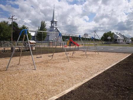 Parc-école, construit en 2010. Source de la photographie : Site Web de la municipalité de Saint-Gabriel-Lalemant. Image libre de droits.
