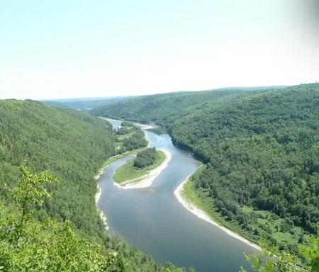 Vue panoramique de la rivière Restigouche. Source de la photographie - tourisme-gaspesie.com.