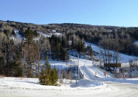 Lorsque la neige recouvre les pentes de la Crapaudière, à Saint-Malachie, les skieurs en quête d'étymologie peuvent imaginer les sons qu'émettent, l'été, les marécages qui, en contrebas, longent la rivière Etchemin. Source de l'image: Site Internet de Saint-Malachie.
