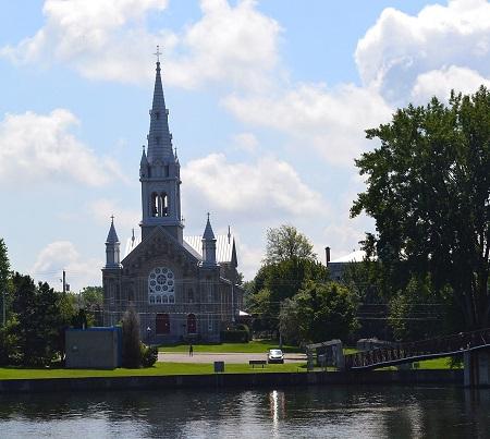 Église de Saint-Timothée. Source de la photographie : commons.wikimedia.org/wiki/File:%C3%89glise_de_Saint-Timoth%C3%A9e_-_6.jpg. Auteur : Cantons-de-l'Est.
