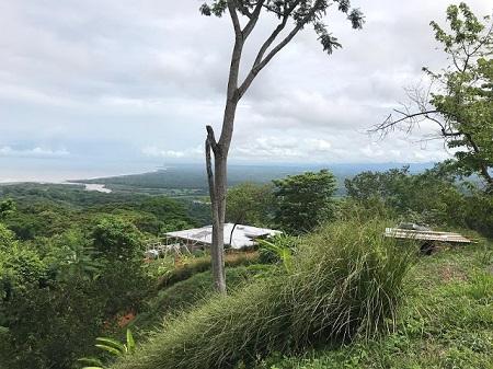 Quelques tilleuls élagués cachaient mal leur villa au fond du jardin. (Raymond Radiguet Le diable au corps.) Vue sur l'océan et la rivière Tarquiles depuis une montagne de Costa Rica. Photographie de Megan Jorgensen.