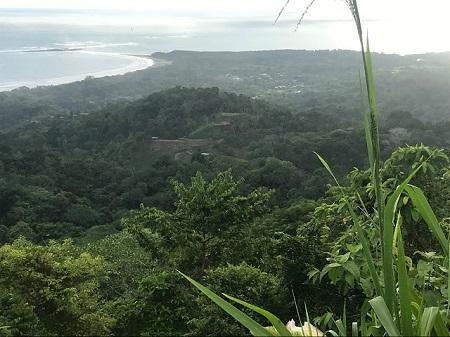 En effet (dist le moyne), et il y a une très bonne raison à cela : quand on vit avec un mur devant et un mur derrière, cela donne trop envie de murmurer, d'être jaloux et de conspirer les uns contre les autres. » (François Rabelais, Gargantua, Chapitres 52 et 57, « L'abbaye de Thélème »). Photographie de la vallée de Tarquiles, Costa Rica, par Megan Jorgensen.