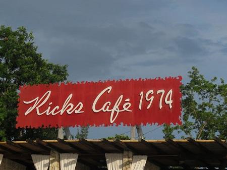 L'étude était une grande pièce ornée du poêle classique qui garnit tous les antres de la chicane. Les tuyaux traversaient diagonalement la chambre et rejoignaient une cheminée condamnée sur le marbre de laquelle se voyaient divers morceaux de pain, des triangles de fromage de Brie, des côtelettes de porc frais, des verres, des bouteilles, et la tasse de chocolat du Maître clerc. (Le Colonel Chabert. Honoré de Balzac). Photographie de Kirsch Café au Jamaïque de Megan Jorgensen.