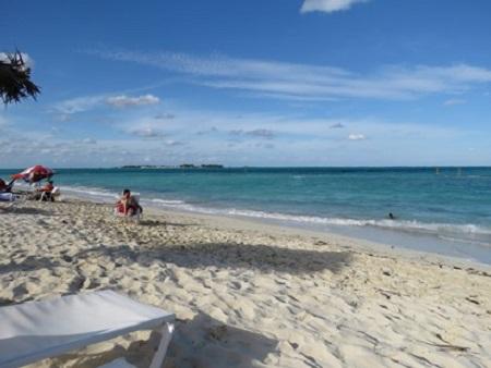 C'est ce dérèglement de nos plaisirs qui dérègle notre coeur, qui est la source la plus féconde de nos maux. (Nicolas de Malebranche Meditations sur l'humilité et la pénitence.) La plage et le sable, photographie de Megan Jorgensen