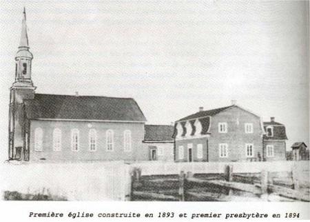 Première église construite et le premier presbytère construit en 1894. Photographie de l'époque, image libre de droits.