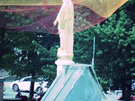 La Vierge, Montréal, place Émelie Gamelin. Photographie par Megan Jorgensen.