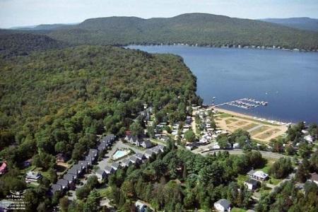 Vue aérienne de Fossambault-sur-le-Lac et du lac Saint-Joseph. Source de la photographie : Site web de la ville.