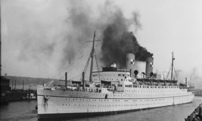 Célèbre navire incendié: Un incendit dévastateur, dans le port de Liverpool, vient de mettre un terme à la brillante carrière de «l'Empress of Canada», paquebot de 20,235 tonneaux des Canadian Pacific Steamships. On le voit ici, dans toute sa majesté, lors de l'une de ses traversées. Photographie des années 1940, image libre de droits.