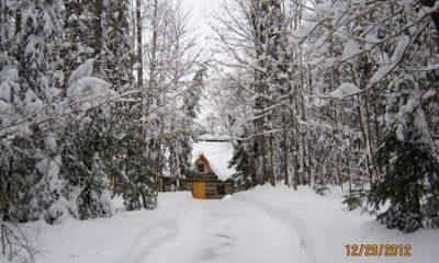 Une cabane de bois sur les berges du lac Hawk. Source de l'image : Site Web de la municipalité Mulgrave-et-Derry, auteur Melanie Chin.