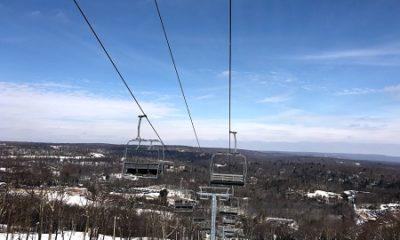 Une station de ski avec son télésiège. Photographie de GrandQuebec.com.