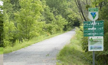 Un tronçon de la Route verte dans les environs de Roxton. Photographie libre de droits. Source de la photo :  Site Web de la municipalité cantonderoxton.qc.ca.