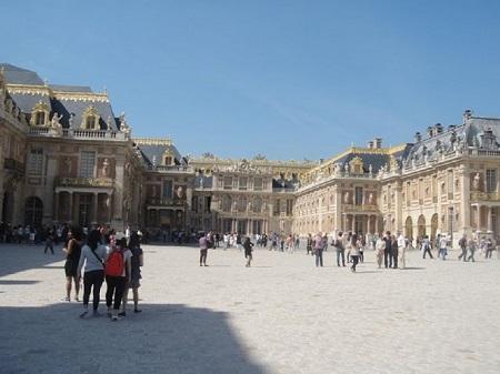 Gustave Flaubert. Salammbô: Le palais, bâti en marbre numidique tacheté de jaune, superposait tout au fond, sur de larges assises, ses quatre étages en terrasses.