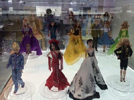 Phoebus de Châteaupres aussi fit une fin tragique, il se maria. (Victor Hugo, Notre-Dame-de-Paris). Photographie du défilé des Barbie: Megan Jorgensen.
