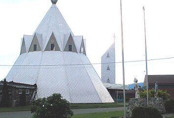 Église en forme de tipi de la réserve indienne de Gesgapegiag au Québec.