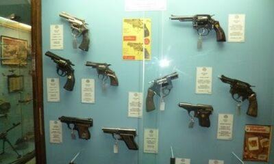 Revolvers et pistolets exposés dans une vitrine du Musée des armes de Buenos Aires, en Argentine. Photo de Megan Jorgensen.