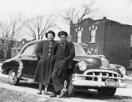 Joseph Tremblay et son Pontiac 1950. L'enseigne sur le toit ressemble à celle de taxi Métropole, mais la compagnie n'existait pas encore au début des années 50. Source de l'image :  https://montrealtaxi.blogspot.com/2011/03/taxi-veteran-pontiac-1950.html. Image libre de droits.