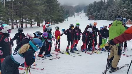 Un groupe de jeunes skieurs. Photo de Megan Jorgensen.